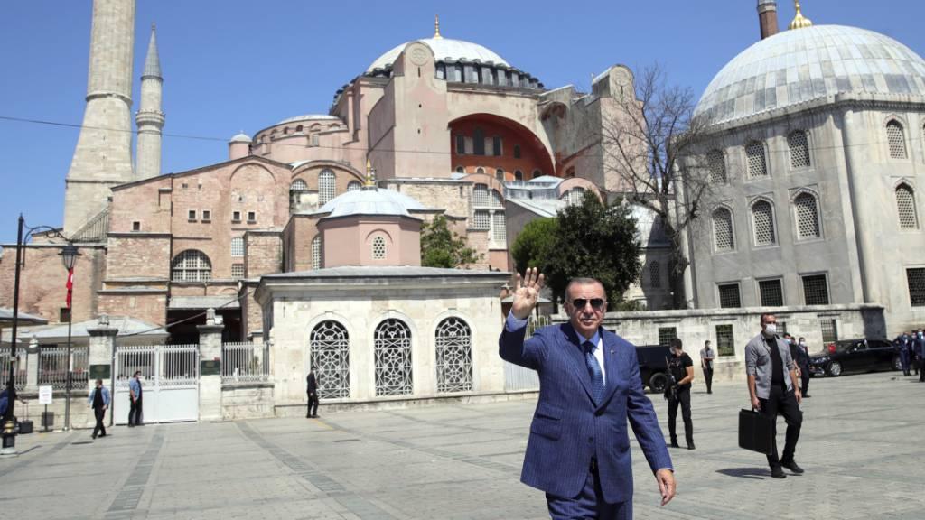 Recep Tayyip Erdogan, Präsident der Türkei, winkt, nachdem er vom Freitagsgebet aus der Hagia Sophia kommt. Foto: Turkish Presidency/AP/dpa