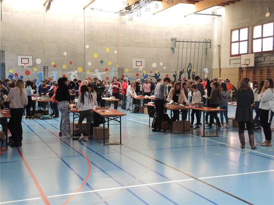 An den rund 50 Tischen sind die Jugendlichen für einmal nicht Schüler, sondern Erfinder.