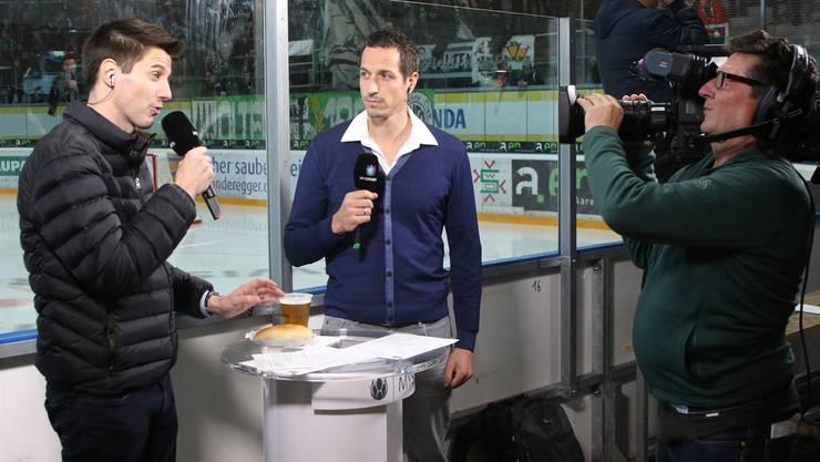 Moderator Reto Müller (links) und Experte Urban Leimbacher im Stadion Kleinholz mit dreifachem «BBB» auf dem Stehtisch – Bier, Bratwurst und Brot.HR Aeschbacher