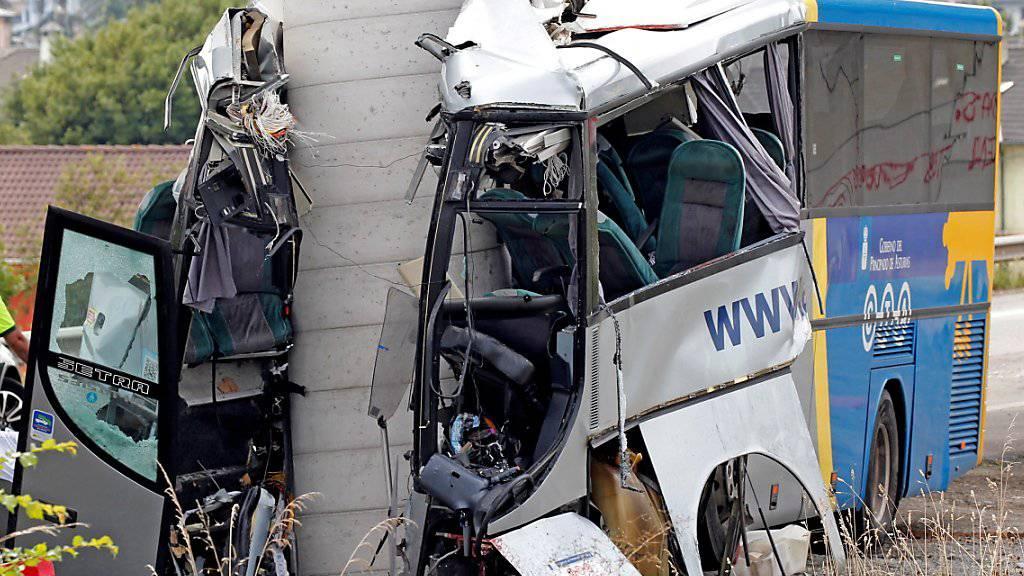Der Bus ist frontal gegen die Betonsäule einer Brücke gerast. Die Ursache des Unfalls, der mindestens fünf Menschen das Leben kostete, war zunächst unklar.