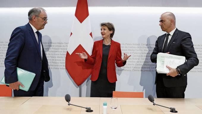 Wirtschaftsminister Guy Parmelin (links), Bundespräsidentin Simonetta Sommaruga und Gesundheitsminister Alain Berset traten am Mittwoch  gemeinsam vor die Medien.