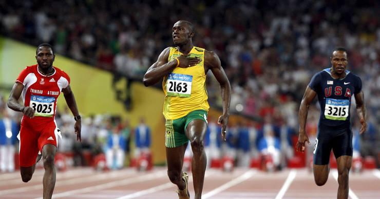 Olympische Spiele 2008 in Peking. Das Rennen über 100 m macht Bolt zur Legende. Er läuft Weltrekord (9,69) mit offenem Schnürsenkel und Jubelpose zehn Meter vor der Ziellinie.