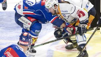 ZSC-Verteidiger Phil Baltisberger (links) am Bully mit Zugs Nolan Diem