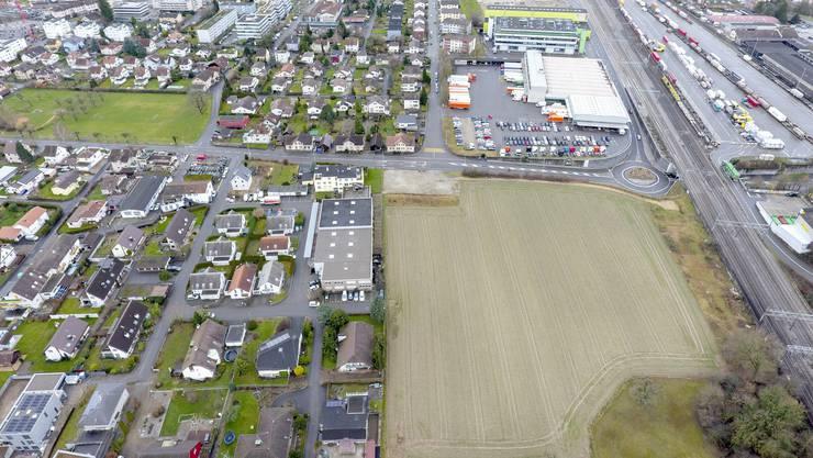Auf dem freien Feld unten im Bild hätte die TNT bauen sollen; derzeit ist sie auf der anderen Strassenseite ansässig.