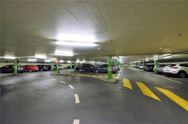 Zur selben Zeit auf der öffentlichen Normparkebene im 2.Untergeschoss...
