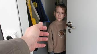 Die Polizei stoppte einige Bettler, die nach ihrer Erfahrung gezielt in Wohnquartieren ausgesetzt werden, wo sie dann von Haus zu Haus gehen. (Symbolbild)