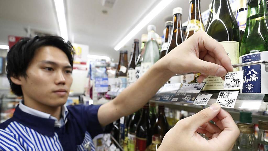 Japans umstrittene Mehrwertsteuer-Erhöhung tritt in Kraft