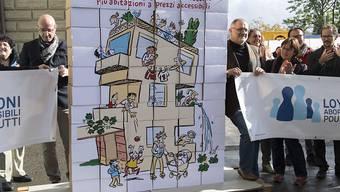 """Die Initianten bei der Einreichung der Unterschriften zur Volksinitiative """"Mehr bezahlbare Wohnungen"""". Über diese kann nun das Parlament befinden. (Archiv)"""