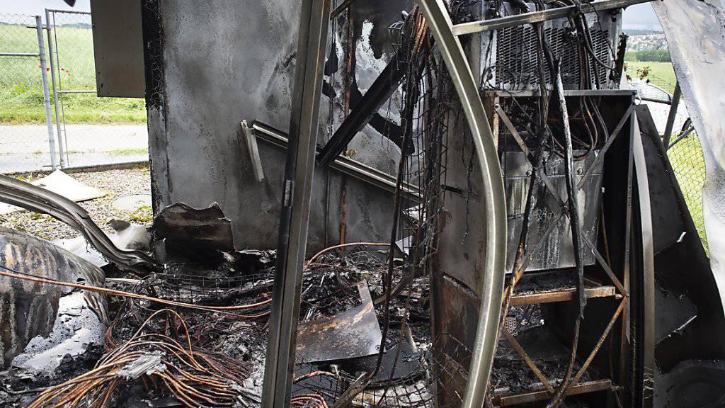 Bild der Zerstörung nach der Explosion bei einer Mobilfunkantenne in Denens VD.