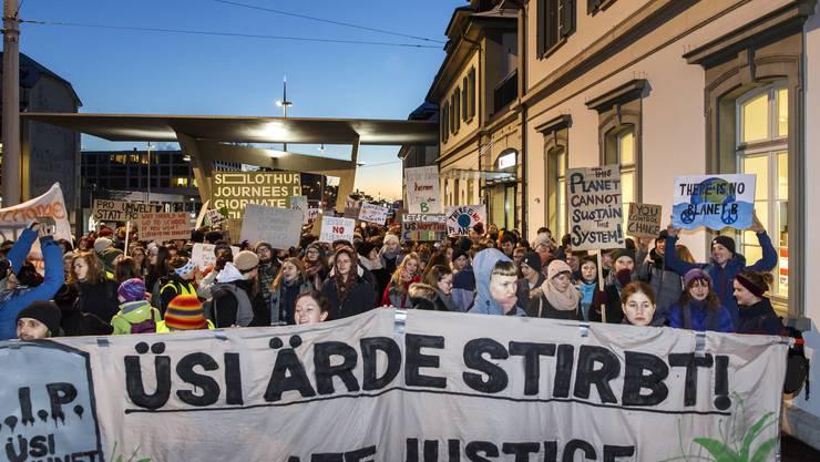 Grossaufmarsch: Um die 300 Jugendliche besammelten sich frühmorgens am Solothurner Bahnhof.