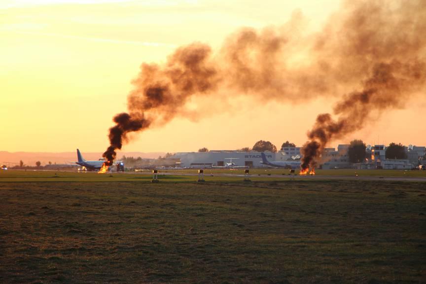 Die «Trümmerteile» auf der Landebahn. Hinten sieht man das havarierte Flugzeug. (Bild: FM1Today)