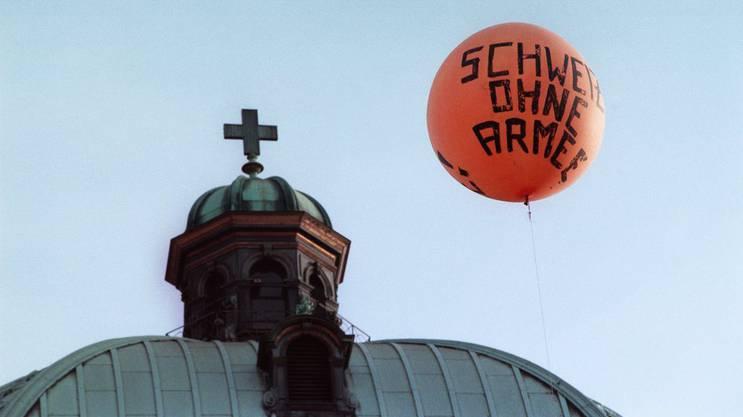 Ballon der GSoA vor dem Bundeshaus, ein Monat vor der Abstimmung.