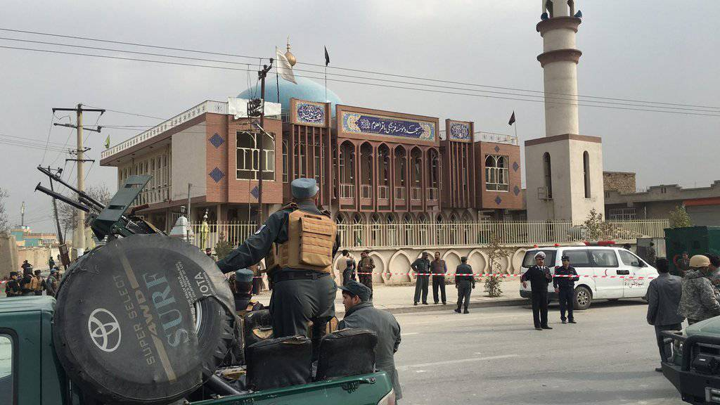 Sicherheitskräfte riegeln das Gebiet um die schiitische Moschee in Kabul ab, wo am Montag bei einem Selbstmordanschlag Dutzende Menschen ums Leben gekommen sind.