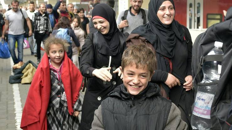 Am Samstagmorgen kommen hunderte Flüchtlinge am Wiener Westbahnhof an.