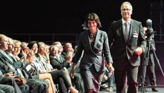 Bundesrätin Doris Leuthard wird von Wirtschaftskammer-Präsident Andreas Schneider ans Rednerpult begleitet.