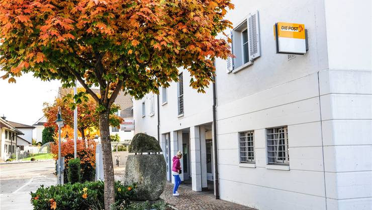 Die Poststelle in Niederwil soll im Frühling 2017 geschlossen werden: Mario Gratwohl will das mit Petitio.ch verhindern. archiv/az