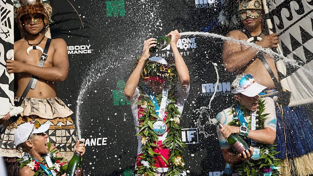 Einer der grössten Traditionen der Triathlon-Welt: Daniela Ryf feiert einen ihrer Ironman-WM-Titel mit dem hawaiianischen Lei um den Hals.