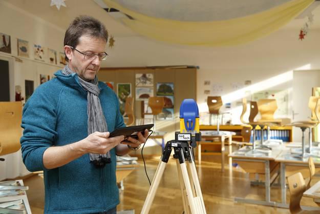 Strahlenjäger in Aktion: Markus Gugler misst mit dem Dosimeter im Schulzimmer Elektrosmog.