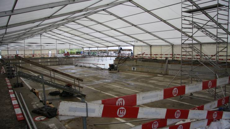 Ein mächtiges Zeltdach wölbt sich über dem Sportbecken.