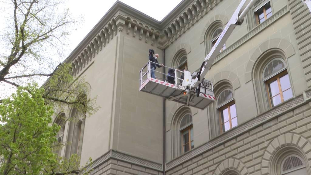 Nisthilfen für Alpen- und Mauersegler werden am Bundeshaus angemacht