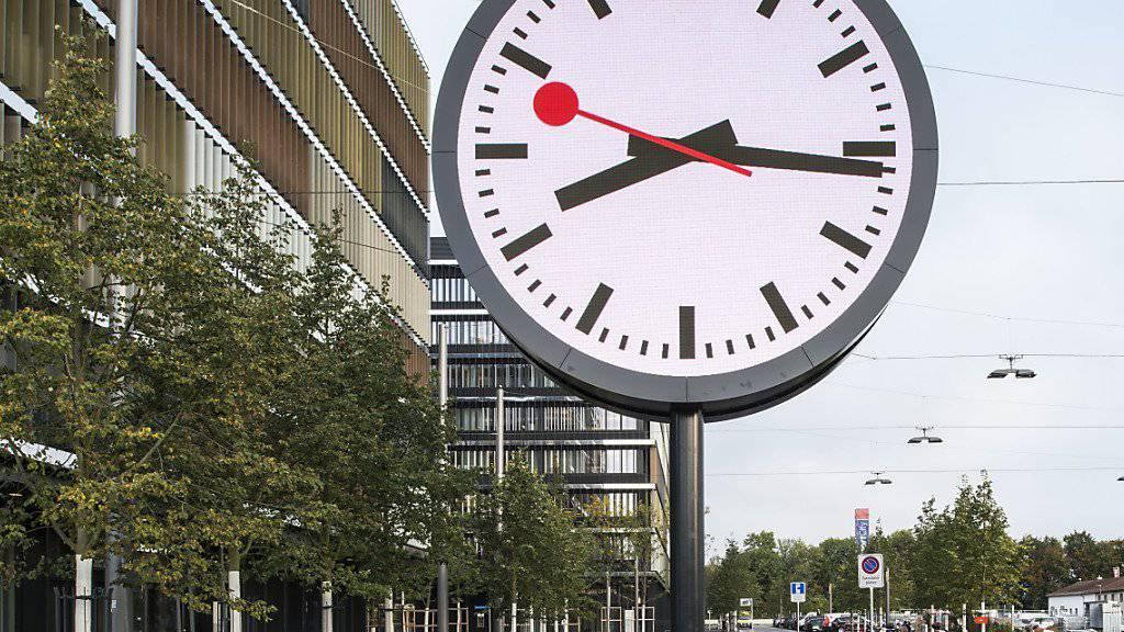 Die grösste Schweizer Bahnhofuhr wurde 2014 in Bern eingeweiht. Bald werden viele kleinere Bahnhofuhren ersetzt. (Archiv)