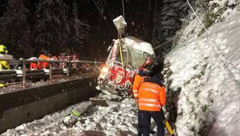 Bei der Kollision mit mehreren Felsblöcken in Sils im Domleschg GR ist am Montagabend eine Lokomotivführerin mittelschwer verletzt worden.