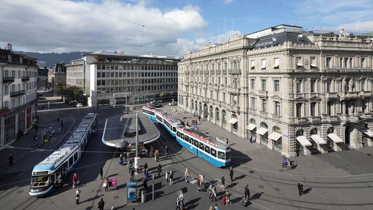 Der Zürcher Paradeplatz mit UBS und Credit Suisse. Die beiden Grossbanken haben bei der Finanzmarktaufsicht eine hohe Priorität. (Gaetan Bally/Keystone)
