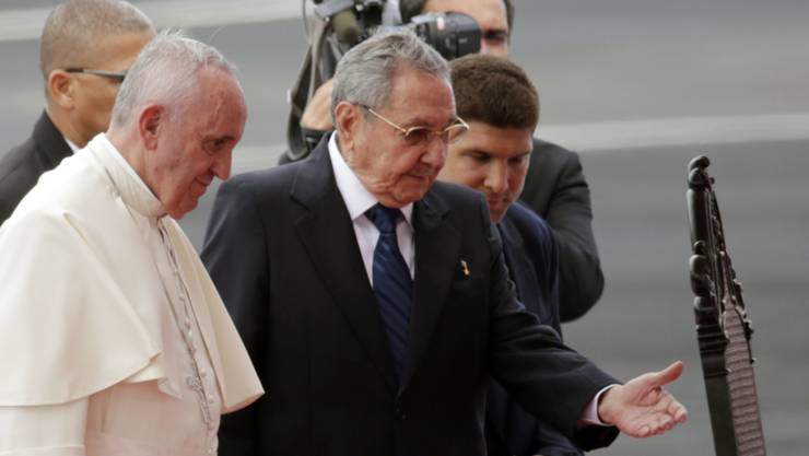 Papst Franziskus wird auf dem Flughafen von Havanna vom kubanischen Staatspräsidenten Raúl Castro empfangen.