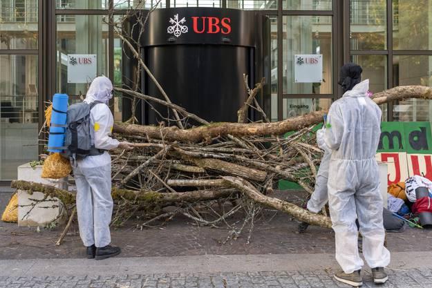 Die Demonstranten blockierten die Eingänge von UBS und CS.