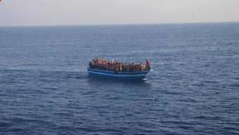 Flüchtlingsboot vor Lampedusa (Archiv)