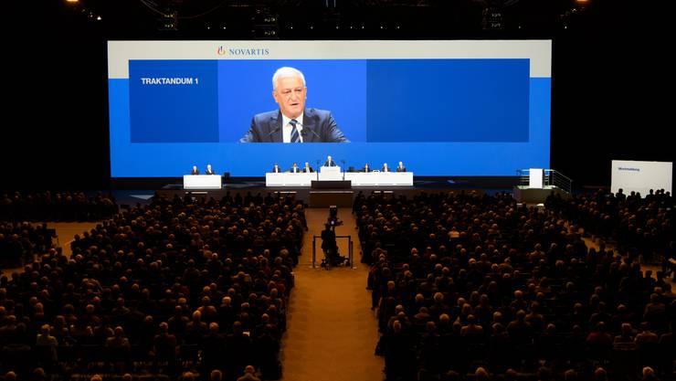 Novartis hatte Glück noch und konnte die GV am 28. Februar in der Jakobshalle in Basel durchführen. Auf dem Bildschirm zu sehen ist Verwaltungsratspräsident Jörg Reinhardt.