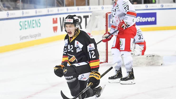Alexander Ruuttu (links) trifft für KalPa Kuopio Hockey gegen Ocelari Trinec