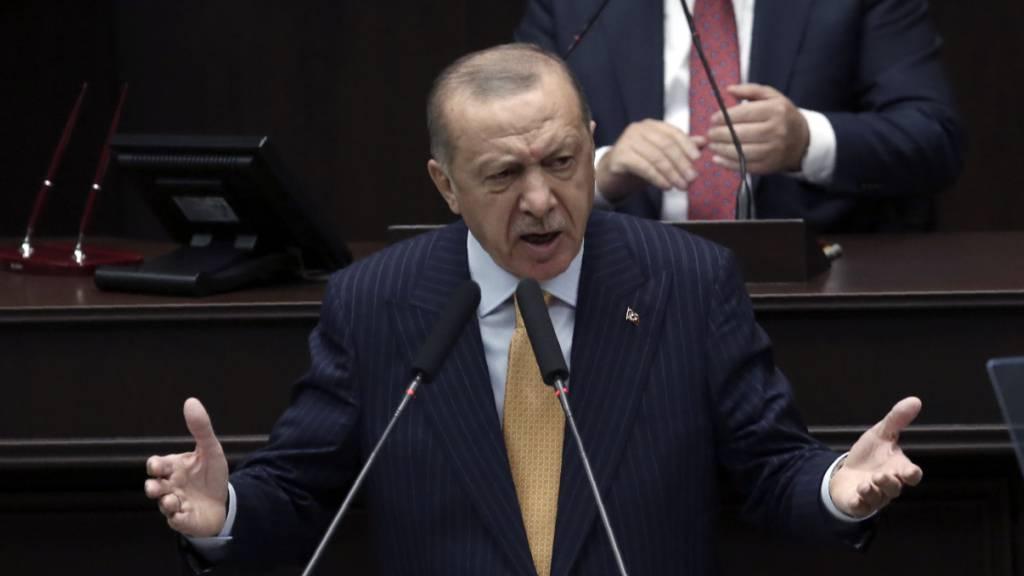 Recep Tayyip Erdogan, Präsident der Türkei, spricht vor den Gesetzgebern seiner Regierungspartei im Parlament.
