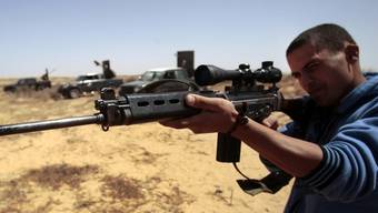 Eine Rebellen-Truppe ausserhalb der Stadt Misrata