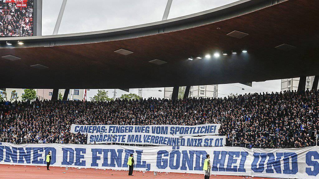Nicht gerade aufmunternde Spruchbänder der Fans in der Südkurve des FC Zürich.