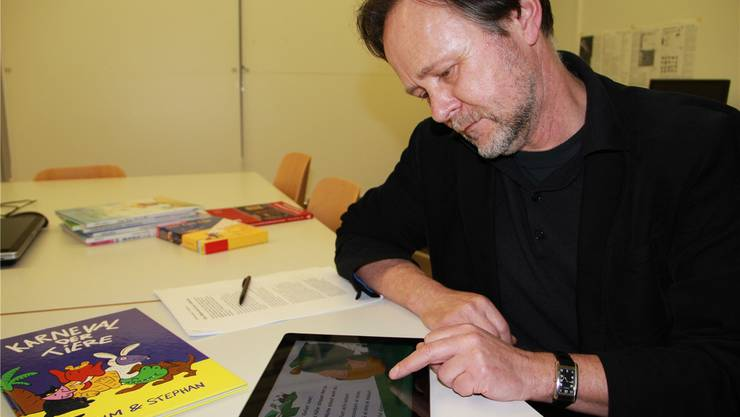 Stephan Brülhart, Professor an der FHNW in Aarau, führt die neue digitale Bilderbuch-App «Karneval der Tiere» vor. heidi hess