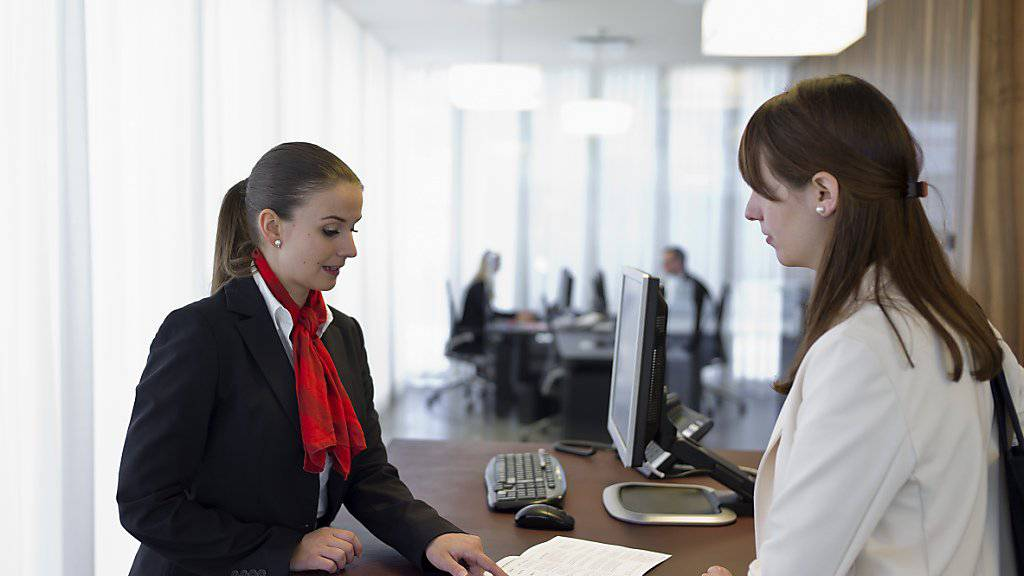 Schweizerinnen und Schweizer halten Bankangestellte für kompetent und haben allgemein ein hohes Vertrauen in ihre Hausbank. (Archiv)