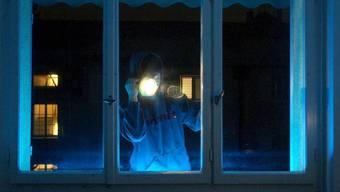 Ein Anwohner beobachtet Verdächtiges - wenig später klicken die Handschellen. (Symbolbild)