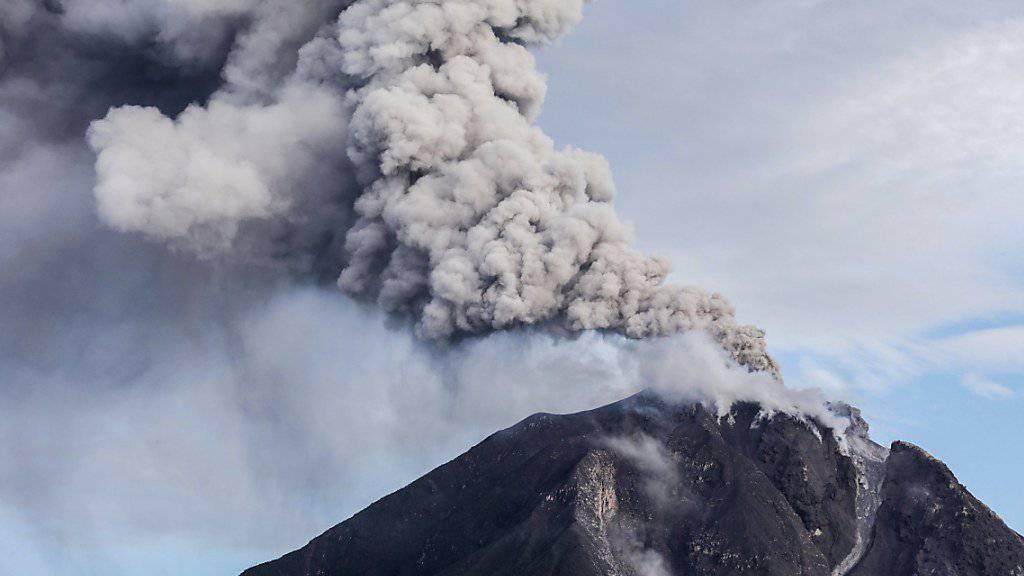 Der Vulkan Sinabung bei einem früheren Ausbruch (Archiv)