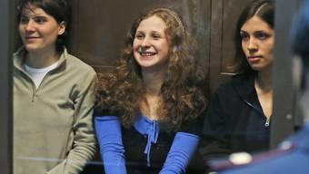 Drei Bandmitglieder von Pussy Riot vor Gericht (Archiv)