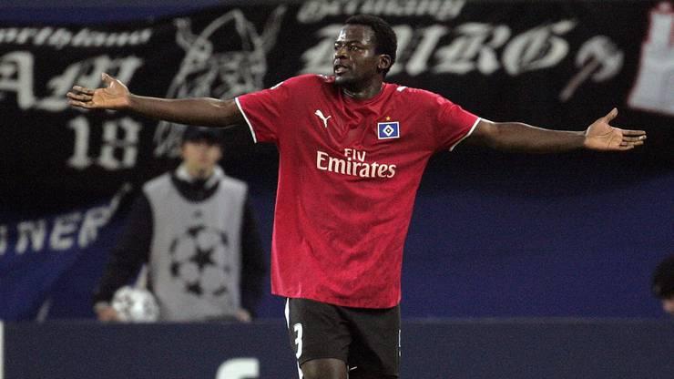 Ein wütender Timothée Atouba verlässt das Feld. Kurz nach dieser Szene zeigt er den Fans den Mittelfinger.
