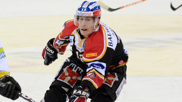 Pascal Wittwer (EHC Basel) links will mit seinem Team unbedingt in die Playoffs einziehen.