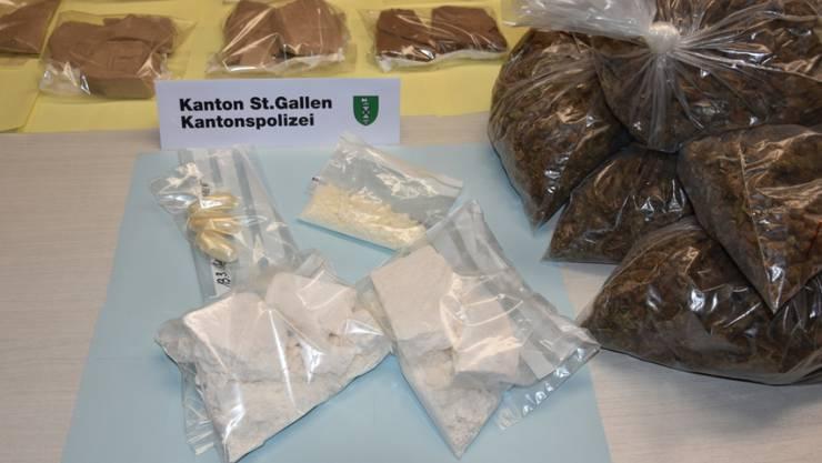 Im Zusammenhang mit den Ermittlungen gegen einen international operierenden Drogenring wurden Heroin, Kokain und grosse Mengen von Marihuana sichergestellt.