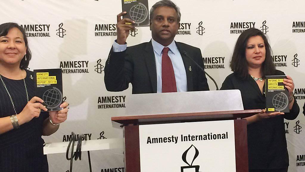 Amnesty-Generalsekretär Salil Shetty und Mitarbeiterinnen präsentieren in Washington den neuesten Jahresbericht.
