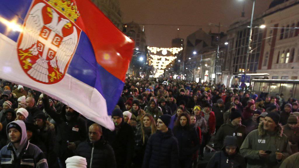 Wut auf den serbischen Präsidenten Vucic in den Strassen von Belgrad.