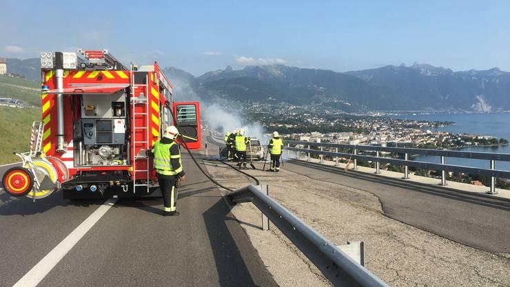Die Waadtländer Feuerwehr im Einsatz am Genfersee-Ufer bei einem Autobrand. Rund 150 Fahrzeuge hat Feumotech schon für sie gebaut. Die Romands sind wichtigster Kunde des Solothurner Unternehmens, das bisher über 900 Feuerwehrautos verkauft hat.