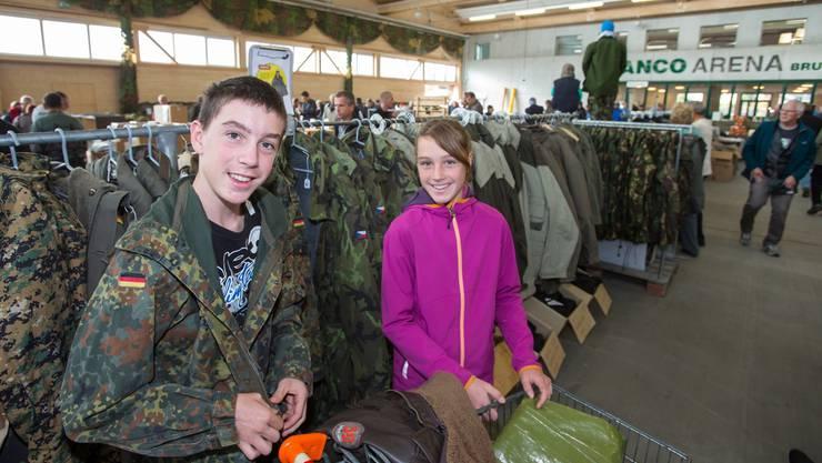 Auch Jacken der deutschen Bundeswehr sind bei den Schweizer Armeefans beliebt.