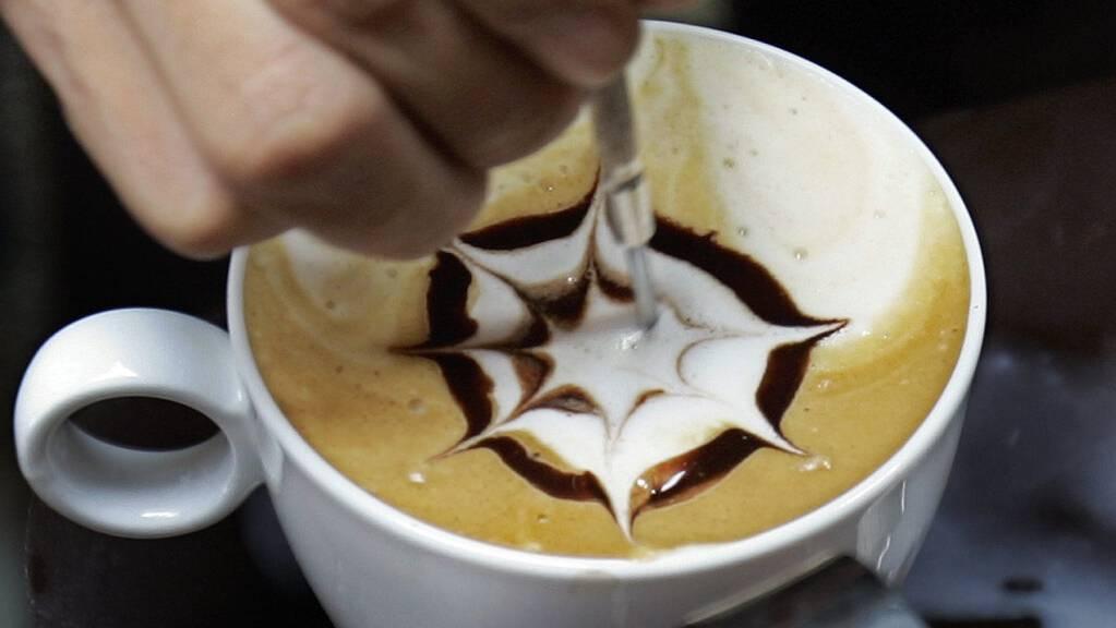 Milch, Kaffee und Schokolade: Alle drei Genussmittel standen schon im Fokus, wenn es darum ging, die Anzahl von Nobelpreisen eines Landes zu erklären. (Archivbild)