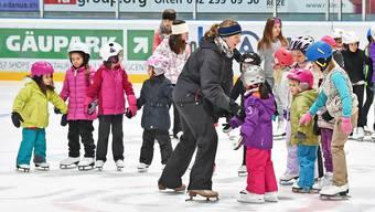 Rund 45 junge Eiskunstläuferinnen üben unter der Leitung von Serena Bühlmann (Bildmitte) für die Eisgala.