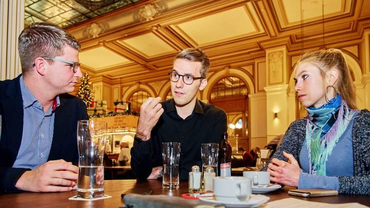 Mike Egger, Andri Silberschmidt und Meret Schneider (v.l.) beim Gespräch im Zürcher Hauptbahnhof. Egger ist bereits Nationalrat, Silberschmidt und Schneider werden am Montag vereidigt.